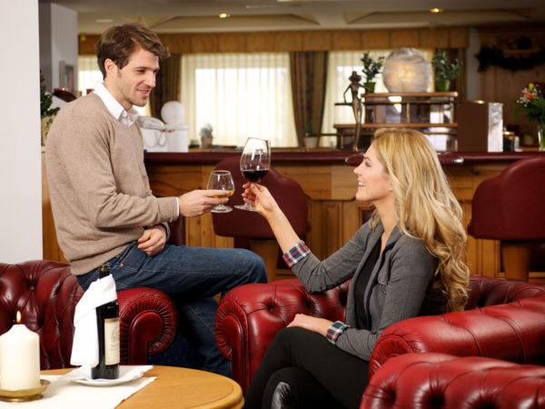 Anstoßen mit Wein im Urlaub in Seefeld