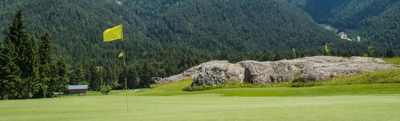 Golfen umringt von den Bergen